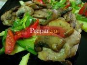 Pulpe de pui cu ciuperci si legume colorate