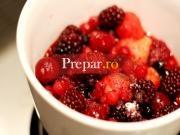 Salata de fructe rosii