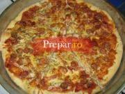 Pizza cu carnati, kaizer , branza si ardei