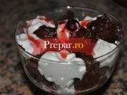 Cirese trase prin ciocolata cu inghetata de iaurt si fructe de padure