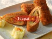 Cascaval pane umplut cu garnitura de ciuperci prajite si sos de usturoi