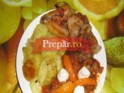 Aripioare de pui, pulpa de porc condimentate cu garnitura de cartofi la tava