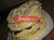 Tort crocant cu crema de vanilie si visine