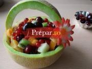 Salata de fructe in coaja de ananas